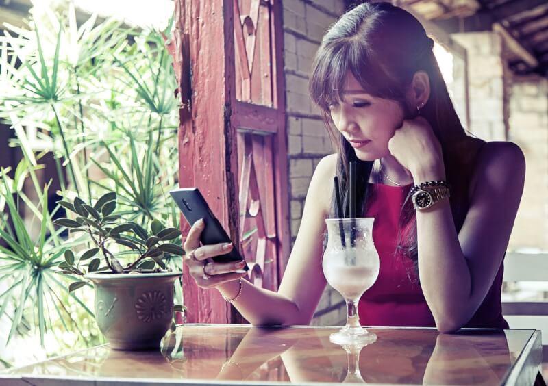 カフェでスマホを見てる女性
