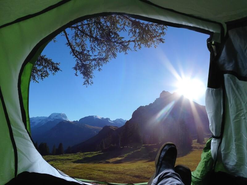 テントの中から風景を見ている画像