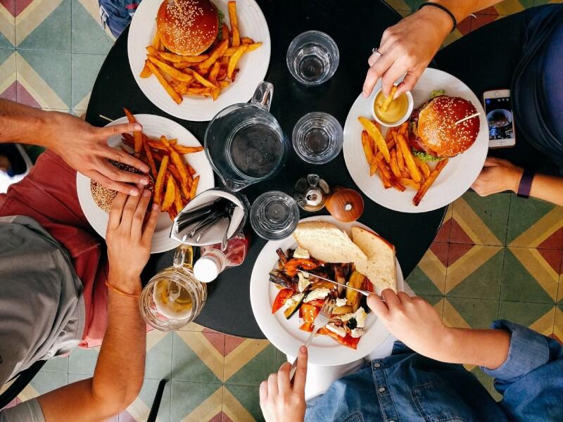 食事を楽しむグループ